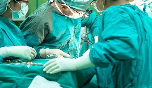 皮膚を切除して縫合手術