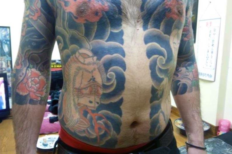 胸割りの入れ墨が入った体の画像